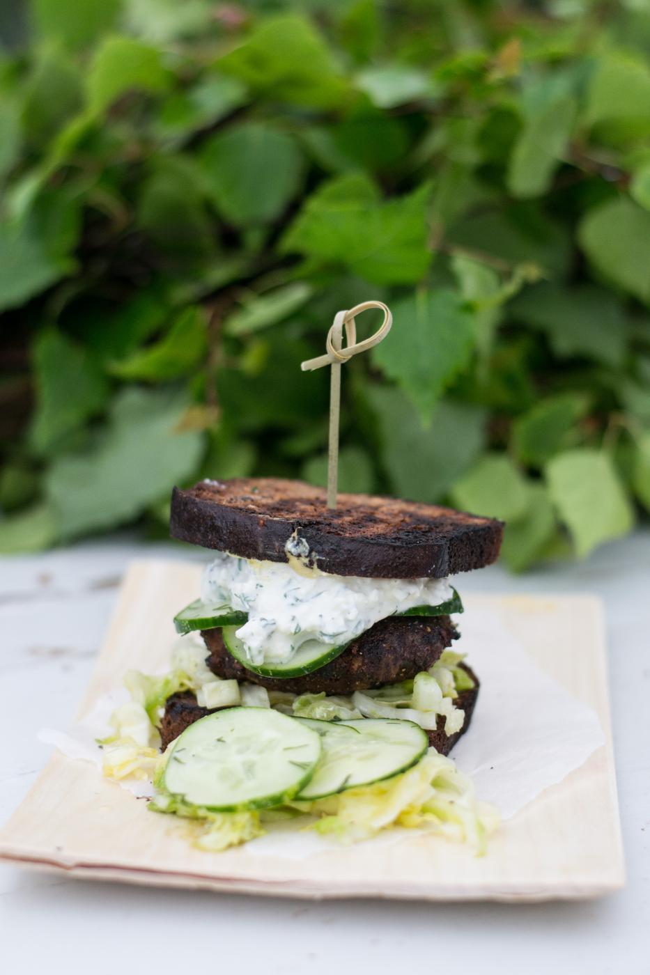 Karitsaburgerit saaristolaisleivällä