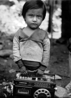Jeune garçon et sa radio