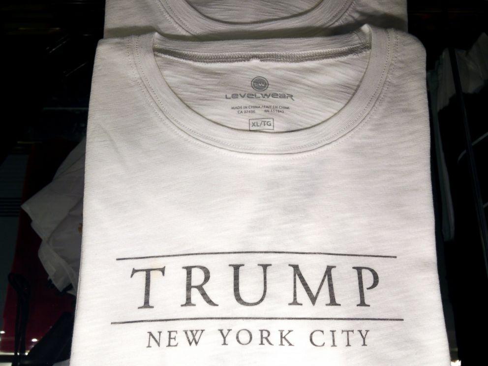PHOTO: Trump New York T-shirts indiquer qu'ils sont fabriqués en Chine.