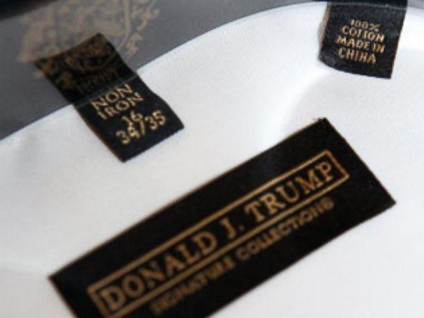 PHOTO: Donald Trump et une étiquette de vêtements de sa collection sont vus dans cette photo non datée de fichier.