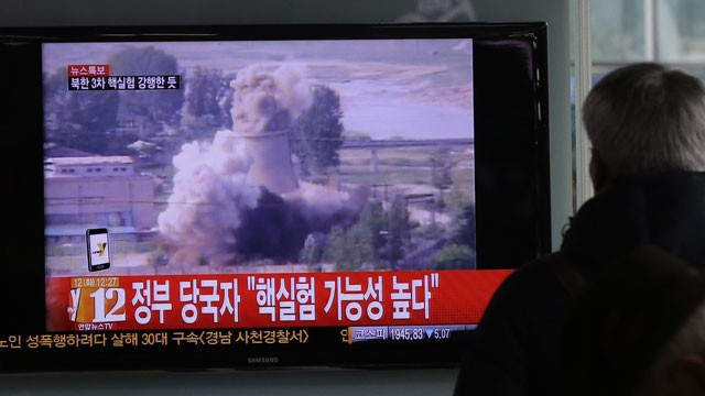 FOTO: Un hombre surcoreano vigila una noticia de televisión mostrando imágenes de un archivo de prueba nuclear de Corea del Norte en la estación de tren de Seúl en Seúl, Corea del Sur, Martes, 12 de febrero 2013.