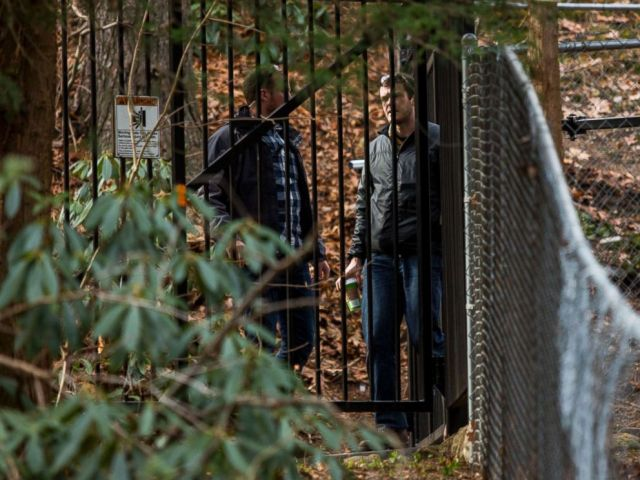PHOTO: Security members stand guard, Dec. 31, 2016, at a Russian compound in Upper Brookville, N.Y., one day after the compound was closed.