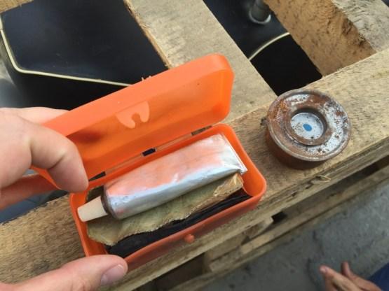Внутри аптечки также был найден бумажный сверток со странным белым порошком — подробности в ролике ниже. Интересно — что это?