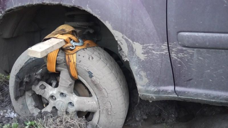 Как легко выехать из грязи, песка и снега на легковом автомобиле Эффективный способ выехать из грязи, песка или снега. Делаем приспособление, которое поможет нам преодолеть рыхлое внедорожье на легковом автомобиле.
