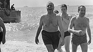 Ministro Fraga se baña en playa de Palomares