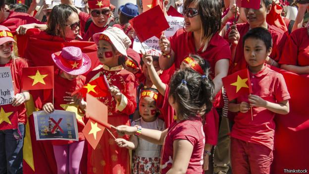 Người Việt biểu tình phản đối Trung Quốc ở London hôm 18/5