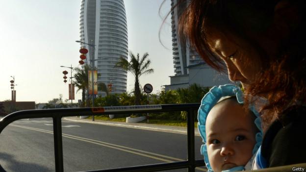 Mujer china con hijo.