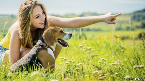 Chica señalando con perro