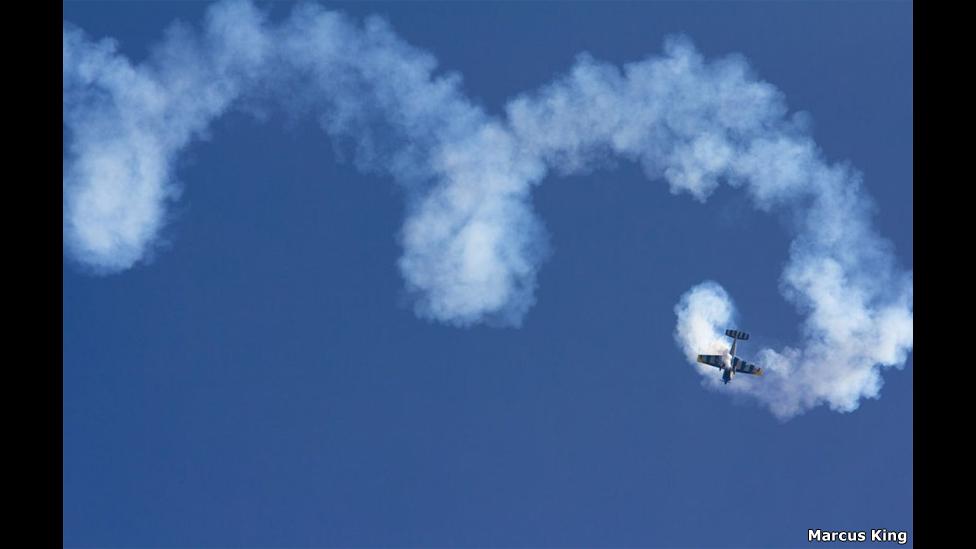 Un piloto hace una acrobacia. Foto: Marcus King