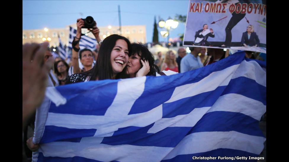 """Griegos celebran frente al Parlamento el triunfo del """"No"""""""