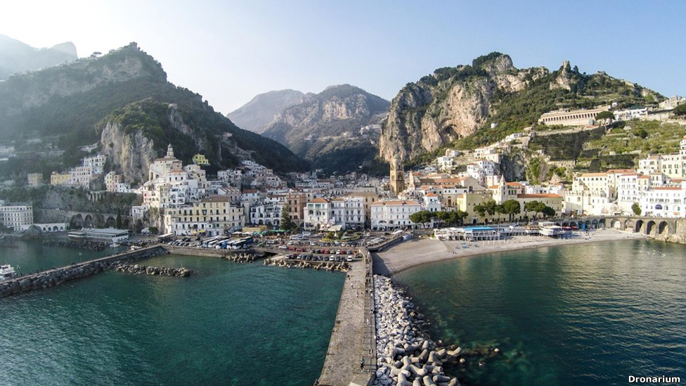 Amalfi en la costa occidental de Italia
