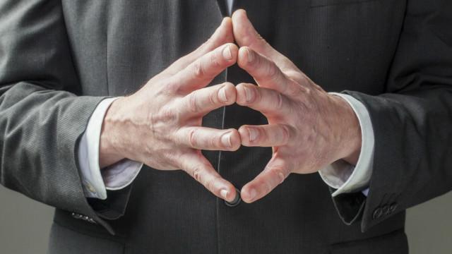 Una persona juntando sus manos