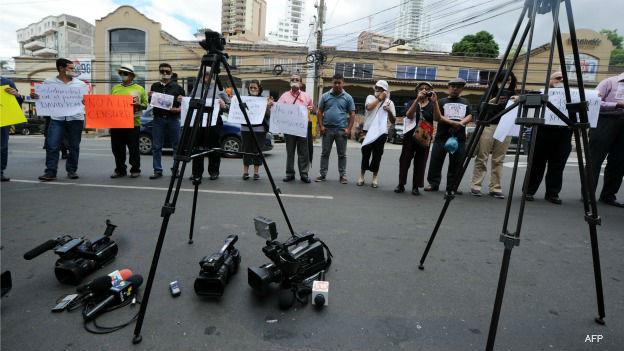 Protesta de periodistas por el cierre del canal Globo TV Honduras