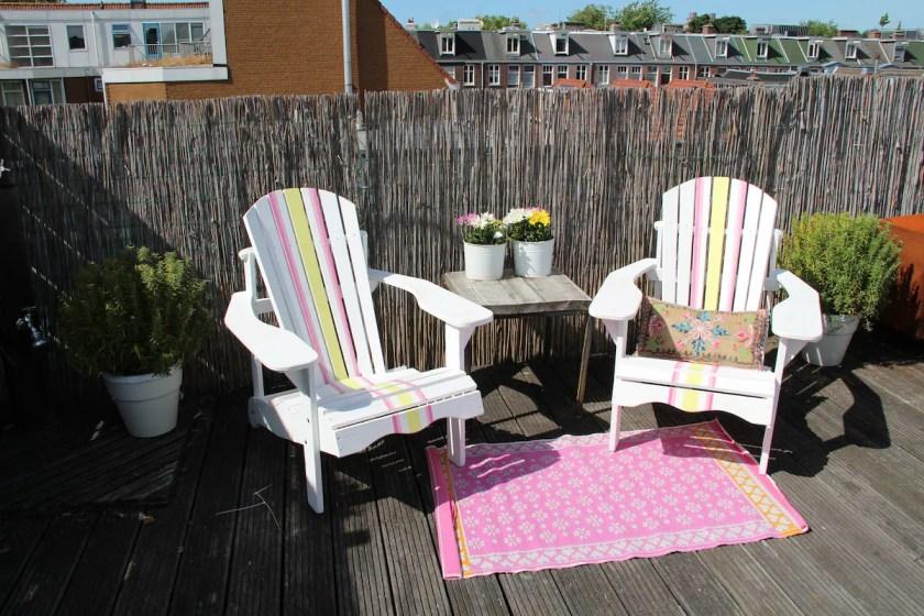 Terrasse-mit-zwei-Liegestühlen
