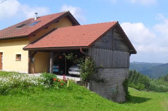 La maison avec abri pour les véhicules.
