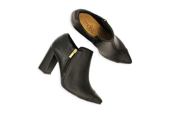 vários sapatos femininos para escolher e uma mulher indecisa