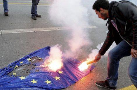 https://i2.wp.com/a4.idata.over-blog.com/470x310/4/41/37/78/08/Un-manifestante-griego-quema-la-bandera-de-la-UE.jpg