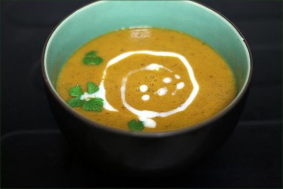 Soupe de lentilles corail, tomates et lait-de-coco