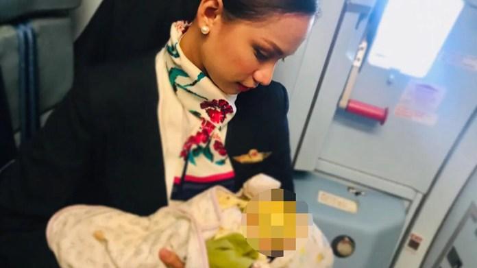 Patrisha Organo, 24, Stillen eines fremden Kindes während eines Fluges.