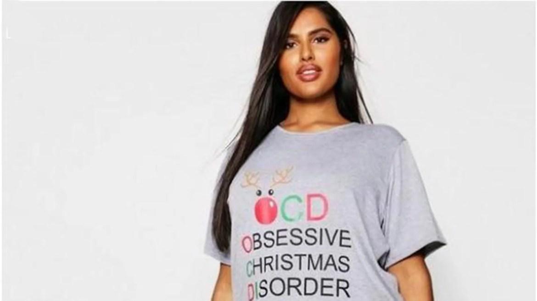 Boohoo.com proposait un ensemble de pyjama sur le thème de Noël avec les mots «Obsessive Christmas Trouorder» (ordre de Noël obsessionnel), avec les lettres O, C et D en surbrillance.