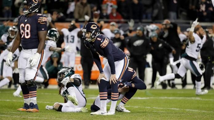 Le botteur des Bears de Chicago, Cody Parkey (1), réagit après avoir raté un placement dans le match à la dernière minute de la seconde moitié d'un match de football avec séries éliminatoires de la NFL contre les Philadelphia Eagles le dimanche 6 janvier 2019 à Chicago. Les Eagles ont remporté 16-15.
