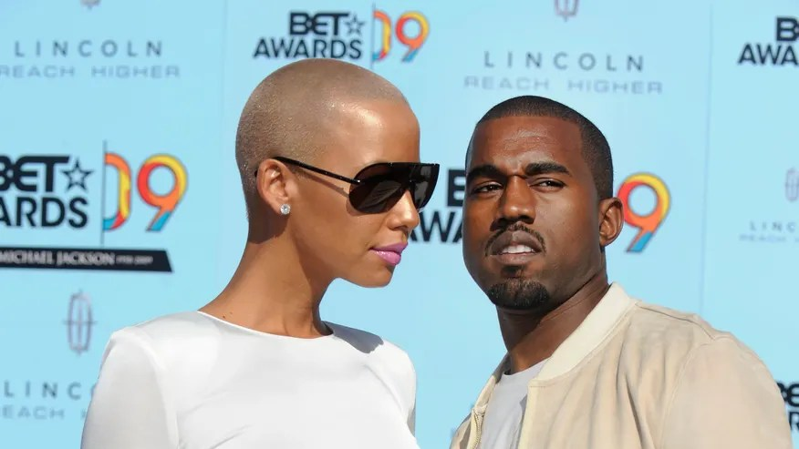 28 de junio de 2009. El rapero Kanye West, posa con Amber Rose al llegar en los BET Awards en Los Angeles.(Reuters)