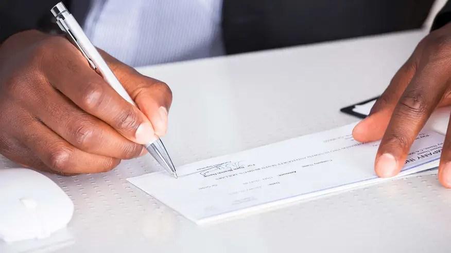 signing-paycheck-2ea26940e34f7510VgnVCM100000d7c1a8c0____