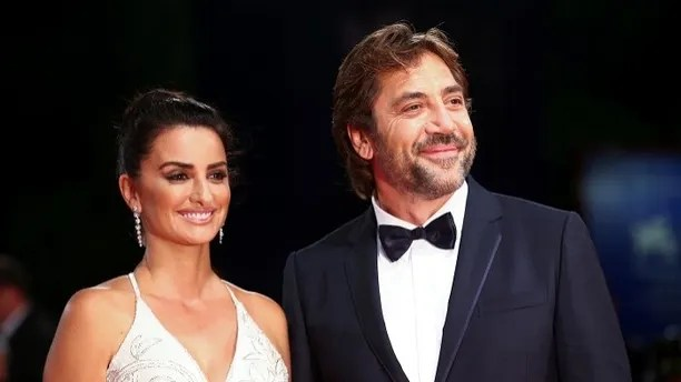 """Actors Penelope Cruz and Javier Bardem pose during a red carpet event for the movie """"Loving Pablo"""" at the 74th Venice Film Festival in Venice, Italy September 6, 2017. REUTERS/Alessandro Bianchi - RC180663B800"""