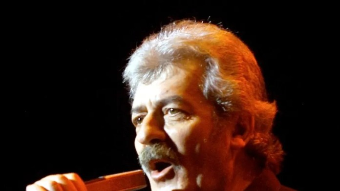 "Singer Ray Thomas of the legendary British rock group ""The Moody Blues"" performs during the first of four shows at Le Theatre des Arts at the Paris Las Vegas hotel-casino in Las Vegas April 5, 2001.  EM/RCS - RP2DRIJDUEAA"