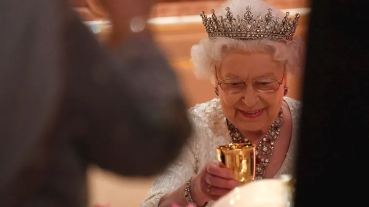 Britain's Queen Elizabeth raises her glass during speeches at The Queen's Dinner, during the Commonwealth Heads of Government Meeting at Buckingham Palace in London, Thursday, April 19, 2018. (Toby Melville/Pool Photo via AP)