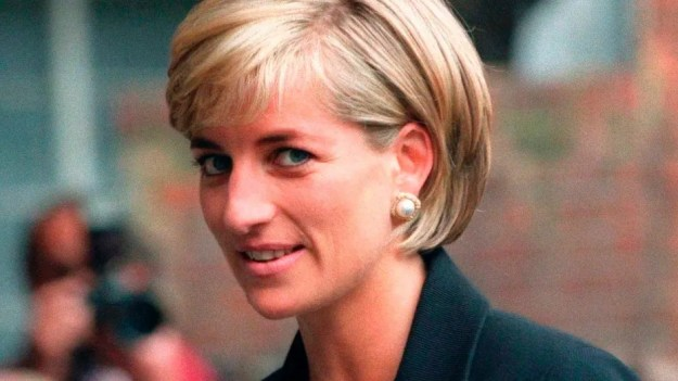 Princess Diana arrives at the Royal Geographical Society in London for a speech on the dangers of landmines throughout the world June 12, 1997. REUTERS/Ian Waldie (UNITED KINGDOM - Tags: ROYALS) - GM1E98J155I01
