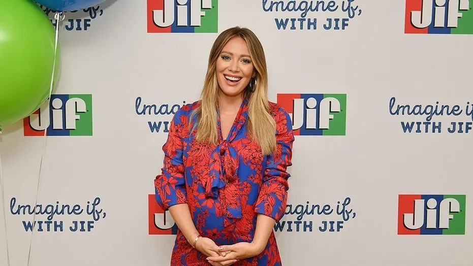Hillary Duff told off a paparazzo for stalking her while she was pregnant.