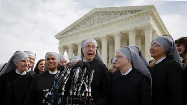 Sister Loraine McGuire with Little Sisters of the Poor speaks to the media after Zubik v. Burwell, an appeal brought by Christian groups demanding full exemption from the requirement to provide insurance covering contraception under the Affordable Care Act, was heard by the U.S. Supreme Court in Washington March 23, 2016. REUTERS/Joshua Roberts      TPX IMAGES OF THE DAY      - D1AESUEWJUAA