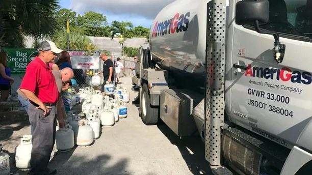 In preparation of Hurricane Irma, residents of Boca Raton line up for propane in Boca Raton, Florida, U.S., September 6, 2017.  REUTERS/Joe Skipper - RC18660A4780