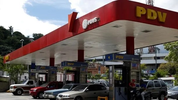 Cars repost fuel at a PDVSA gas station in Caracas, Venezuela, July 25, 2017. Picture taken July 25, 2017.  REUTERS/Andres Martinez Casares - RTX3D54R