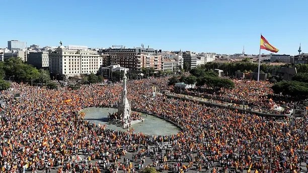 People take part in a pro-union demonstration in Madrid, Spain, October 7, 2017. REUTERS/Sergio Perez - RC110D1C6750