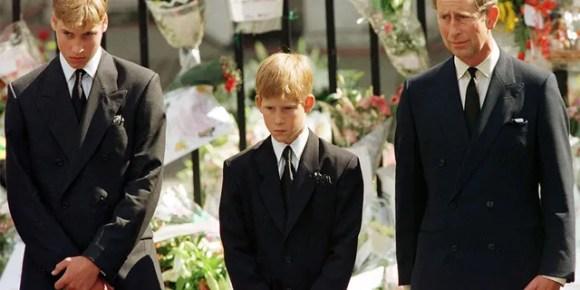 O príncipe Harry (centro) com seu irmão, o príncipe William e o pai, o príncipe Charles, no funeral da princesa Diana.