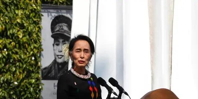 Aung San Suu Kyi, Staatsanwältin von Myanmar, steht neben einem Porträt ihres verstorbenen Vaters und Nationalhelden Gen. Aung San und des Panglong-Denkmals und hält im Februar 2017 eine Rede. (AP Photo / Thein Zaw)