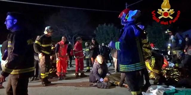 Dans ce cadre tiré d'une vidéo, des secouristes assistent des blessés devant une boîte de nuit à Corinaldo, dans le centre de l'Italie, tôt samedi 8 décembre 2018.