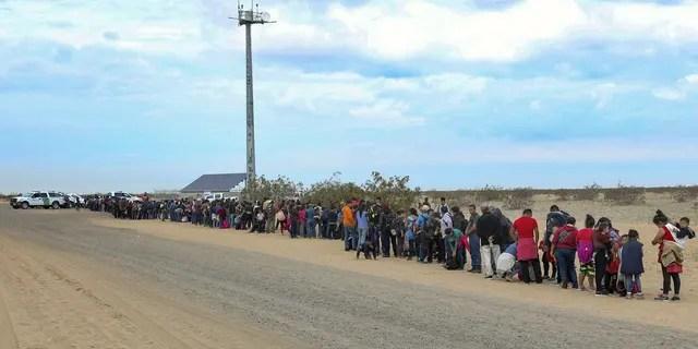 La photo publiée ce lundi 14 janvier 2019 par la US Customs and Border Protection montre que 376 personnes originaires de l'Amérique centrale ont été arrêtées dans le sud-ouest de l'Arizona, dans la grande majorité de leurs familles, qui avaient utilisé de petits trous creusés sous une barrière pour traverser la frontière à de multiples endroits à environ 10 miles à l'est de San Luis, Arizona. Le groupe exceptionnellement nombreux était presque entièrement originaire du Guatemala.