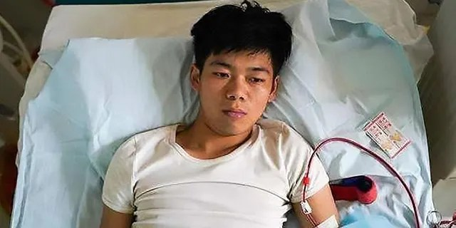 Pic Shows: The 25-year-old relies on dialysis to stay alive; CHINA: A young man who sold his kidney as a teenager in order to buy a new iPhone and iPad is now bedridden for life because of his decision. (Credit: Asia Wire)
