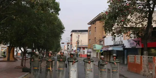 Venezuelan Bolivarian National Guards lineup to block the main entrance of Simon Bolivar bridge to Brazil