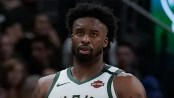 Milwaukee Bucks' Wesley Matthews suffers shoe malfunction during game vs. Golden State Warriors