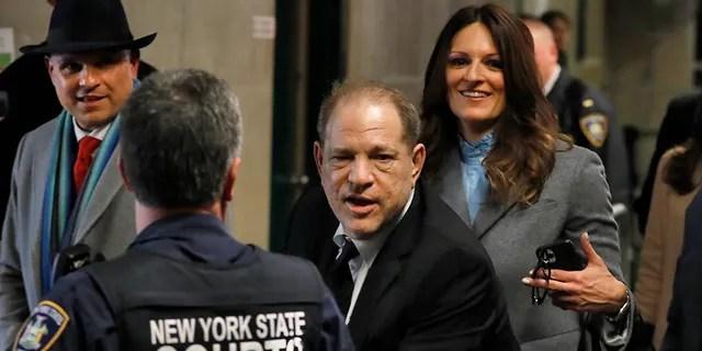 Harvey Weinstein verlässt das Gericht in seinem laufenden Vergewaltigungsverfahren.