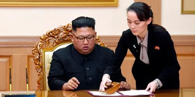 Dans cette photo du 19 septembre 2018, Kim Yo Jong, à droite, sœur du dirigeant nord-coréen Kim Jong Un, aide Kim à signer une déclaration conjointe après le sommet avec le président sud-coréen Moon Jae-in au Paekhwawon State Guesthouse à Pyongyang.