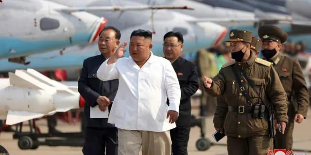 Dans cette photo d'archive non datée fournie par le gouvernement nord-coréen le 12 avril 2020, le dirigeant nord-coréen Kim Jong Un inspecte une unité de défense aérienne dans la zone ouest de la Corée du Nord.