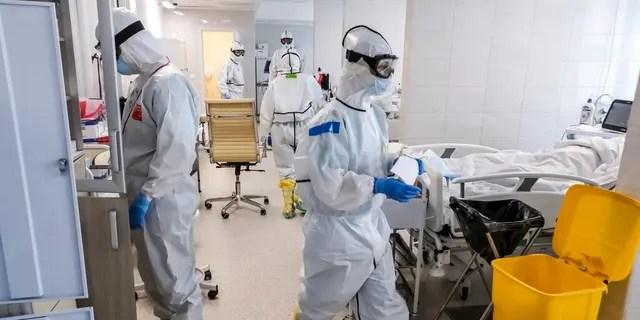 Les médecins travaillent à l'intérieur de l'unité de soins intensifs pour les personnes infectées par le nouveau coronavirus, dans un hôpital de Moscou, en Russie.