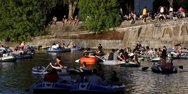 FILE PHOTO: People enjoying the sun on boats on the Landwehrkanal amid the spread of coronavirus disease (COVID-19) in Berlin, Germany, May 9, 2020. REUTERS / Christian Mang / File Photo - RC2KLG9G2UGA