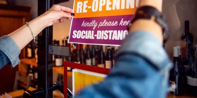 Эсбери-парк, небольшой город на побережье штата, в среду одобрил резолюцию, которая позволит ресторанам и барам иметь ограниченное количество мест в помещении для клиентов.