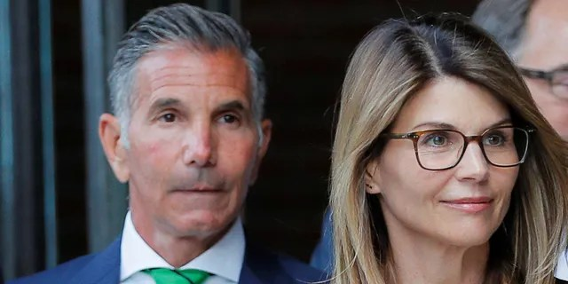 Boston, Massachusetts, US, actress Lori Laughlin, and her husband, fashion designer Mosimo Giannulli, left federal court after facing charges in a nationwide college admissions scheme on April 3, 2019.  REUTERS / Brian Snyder - RC1356FDC8A0